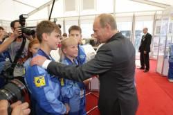 В. В. Путин приветствует Никиту Комарова на МАКСе 2009