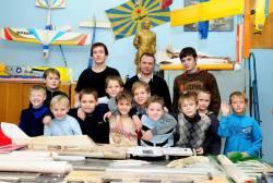 Направление свободнолетающих моделей продолжает развивать ученик Караганова - Коробко Михаил Григорьевич. ( в центре)